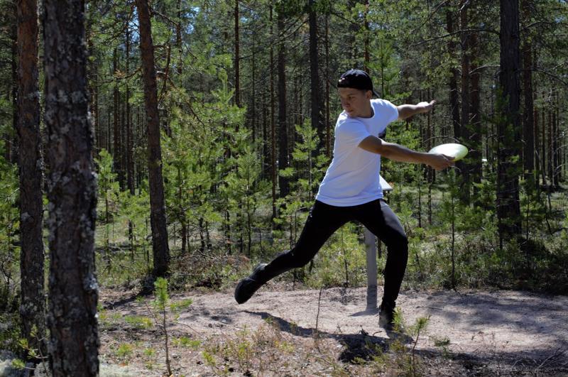 Lauri Paalavuo näyttää, miltä aloitusheitto näyttää.