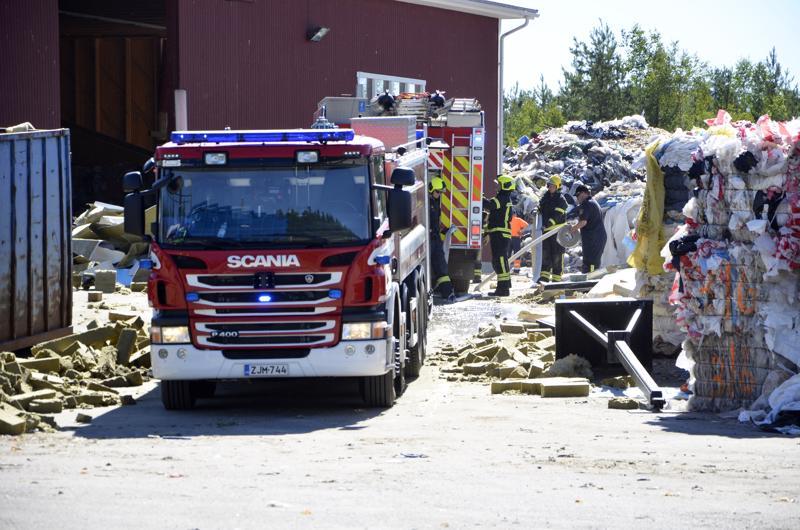 Pelastuslaitos laski säiliöautollisen vettä kytevän roskakasan palon taltuttamiseksi varmuuden vuoksi.