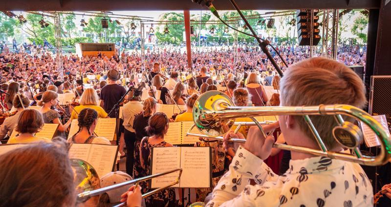 Näppärit esiintyivät kansanmusiikkijuhlien areenalla tiistaina. Esitystä seurasi tuhatpäinen yleisö.