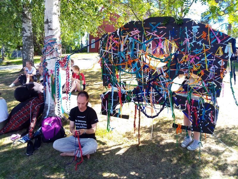 Anthoni Levonsaari on paikalla avustamassa taideteokseen osallistuvia.