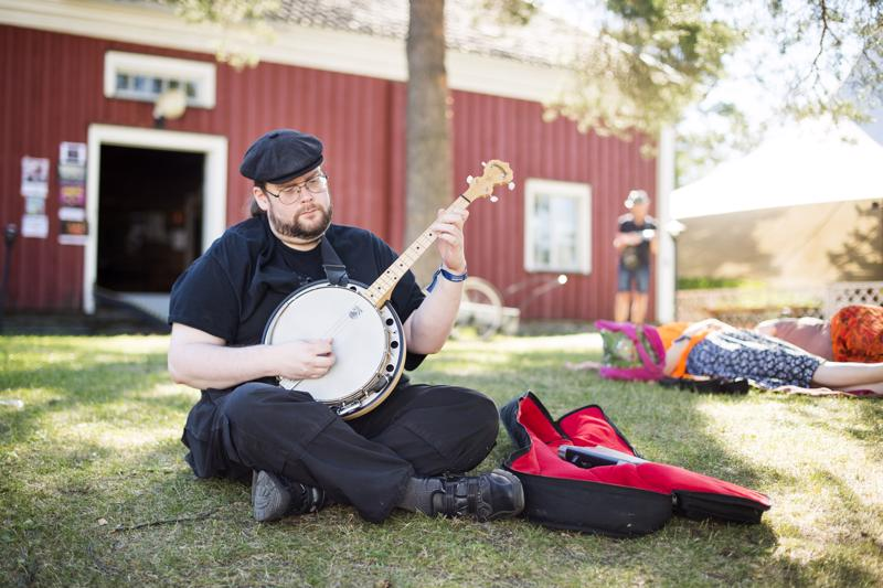 Jos aika meinaa käydä pitkäksi, Ville Karas soittelee banjoaan.