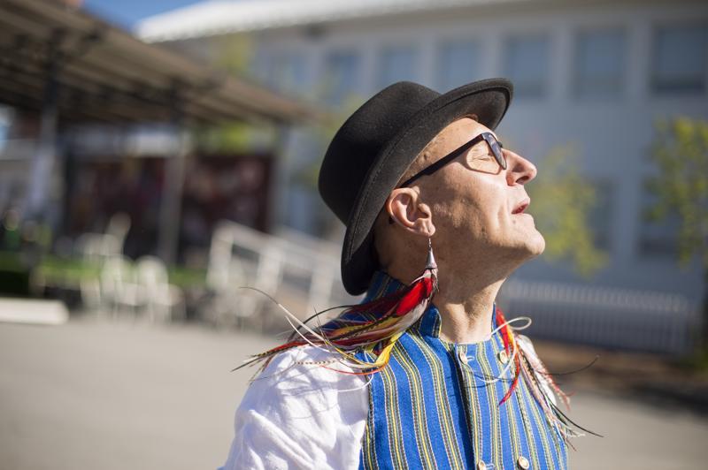 Kari Kallosen asun kruunasivat korvakorut ja Espoon puvun liivi.