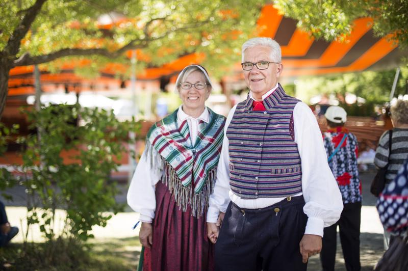 Seija Johnson on ommellut itse oman ja miehensä Esko Johnsonin kansallispuvut. Yhden tekemiseen voi upota aikaa jopa vuosi.