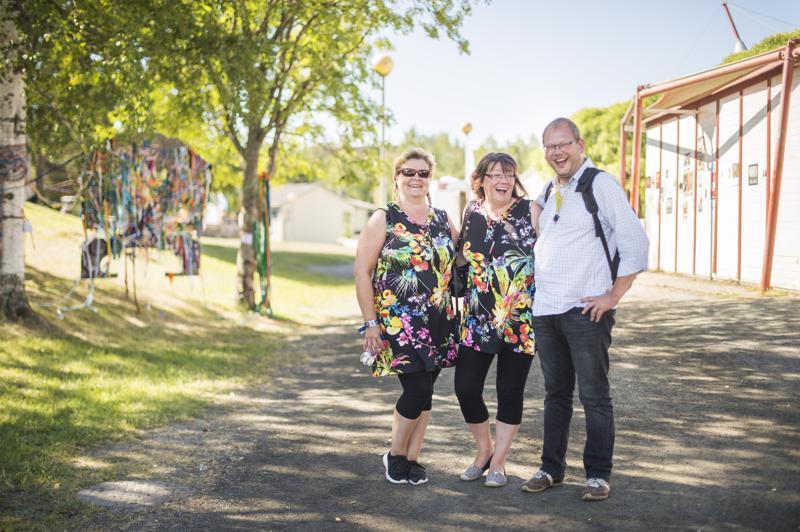 Minna Koski, Maria Saranpää ja Pasi Suikkanen nauttivat siitä, että kerrankin Kaustisella on lämmin. Koski ja Saranpää kuuluvat Rentukat -lauluryhmään, ja pukeutuivat sen mukaisesti yhteensopiviin asuihin.