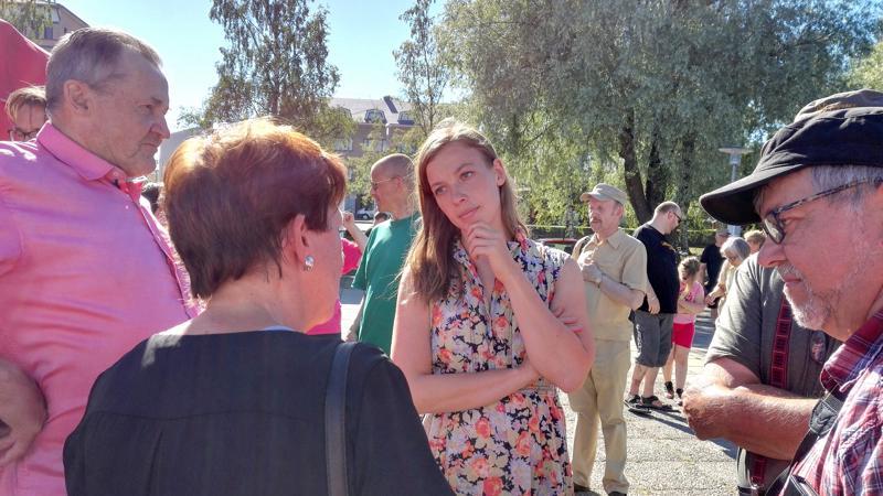 Vasemmistoliiton puheenjohtaja Li Andersson keskusteli ihmisten kanssa Kokkolan iltatorilla.