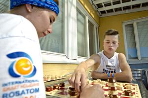 Kalajoella vietetään jälleen Rosatomin leiriä. Kuvassa Juri Trofimov mittelee venäläisen shakin parissa leiriohjaaja Vladan kanssa.