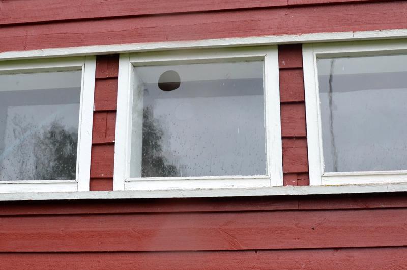 Ulommaisessa ikkunalasissa on erikoinen reikä.