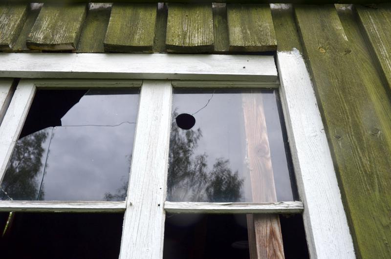 Vanhan kuivaamorakennuksen ikkunassa on samankaltainen reikä. Lasin halkeama on tullut jo aiemmin.