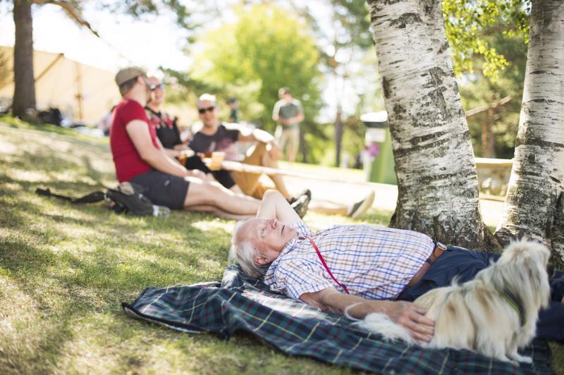 Reijo Raitanen ja Hani-koira nauttivat auringosta.