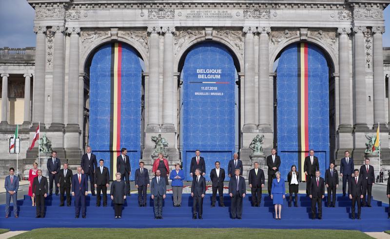 Nato-jäsenmaiden johtajat poseerasivat Brysselissä keskiviikkona Naton huippukokouksessa.