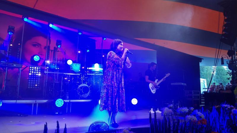 Suvi Teräsniska esiintyi Kaustisella torstai-iltana.