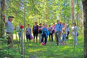 Kolerahautausmaa on alkanut kiinnostaa ihmisiä. Hautausmaata esittelemässä vasemmalla Reijo Jussilainen.