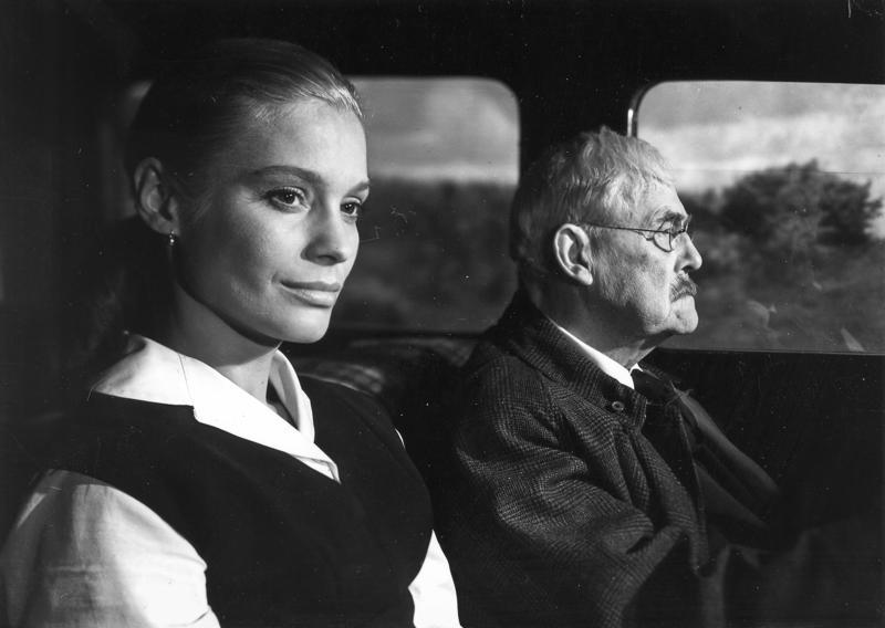Vanha professori (Victor Sjöström) ja hänen miniänsä (Ingrid Thulin) automatkalla Lundiin mustavalkoisessa Mansikkapaikka-elokuvassa.