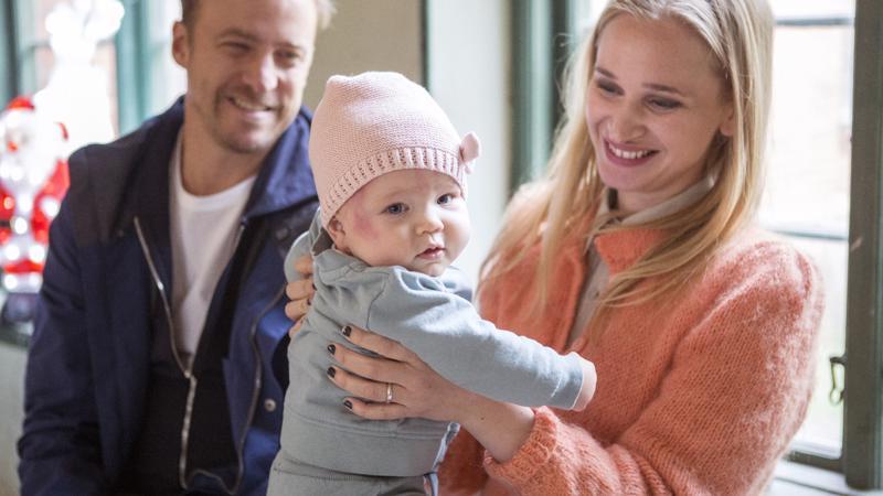 Uusperheen elämässä on enemmän väkeä kuin ydinperheessä. Bonusperheen Patrikin ja Lisan yhteinen vauva on nimeltään Lo.