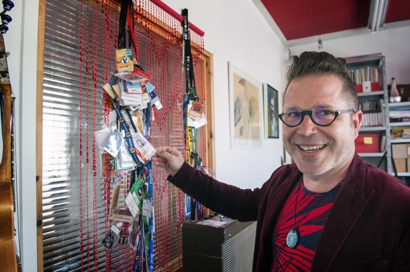 Artistipasseja on kertynyt. Valokuvista näkee, miten artisti Jarmo Saaren habitus on muuttunut..