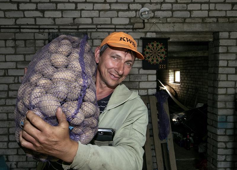 Yksityisena yrittajana tyoskenteleminen perunanviljelija Andrei Sosunkevitšin tapaan on harvinaista Venäjällä.