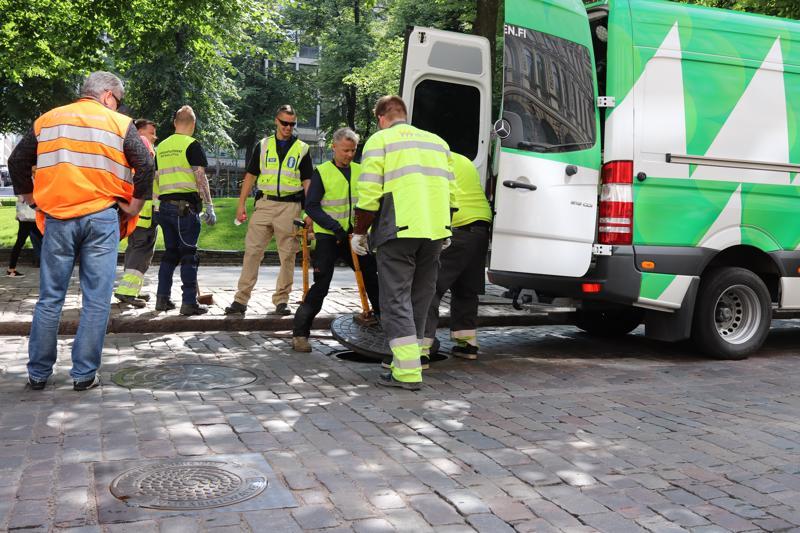 Poliisi, puolustusvoimat ja Helsingin energian työntekijät tarkastivat kaivonkansia Helsingin Esplanadilla presidenttien huippukokousta varten.