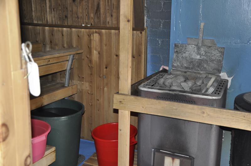 Kyyrön perheen pihasaunassa saa kostean lämpimät löylyt.