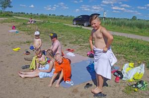 Lomalaisuimarit Oulusta ja Espoosta uivat Kyläojan rannassa hyvillä mielin.