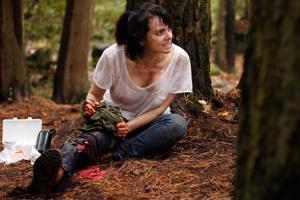 Mia Kirshner lähtee telttailemaan lasten ja Stephen Moyerin kanssa Jersey Devil -elokuvassa.