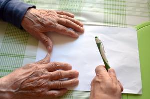 Yhdenvertaisuuden vuoksi ikäihmisille kuuluvat yhteiskunnan kaikki palvelut, digitaalisina tai kasvokkain.
