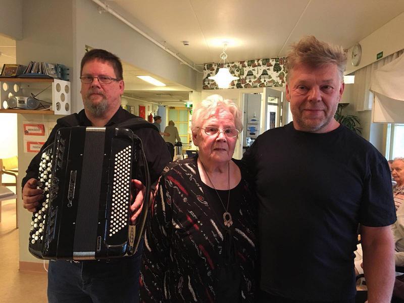 Yhteiskuvan aika! Vasemmalla hanuristi Kyösti Mehtälä, keskellä Helli Aakko vieressään musiikkimies Timo Jääskelä.
