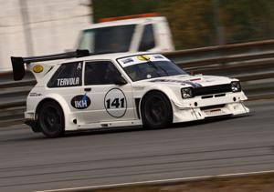 Pysti tuli. Pasi Tervola ajoi kesäkuussa Kemoralla järjestetyissä SS Kemora -kilpailussa itsensä luokkavoittajaksi. Hänen Toyota Starlet -kilpa-auto on 1400 ccm turbo, hevosvoimia autossa on yli 400.