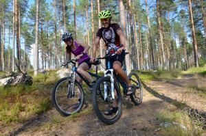 Maastopyöräilytapahtuman reitit sopivat myös aloittelijoille, kertovat Anne Polso ja Jyrki Pakkala Vetelin Urheilijoista.