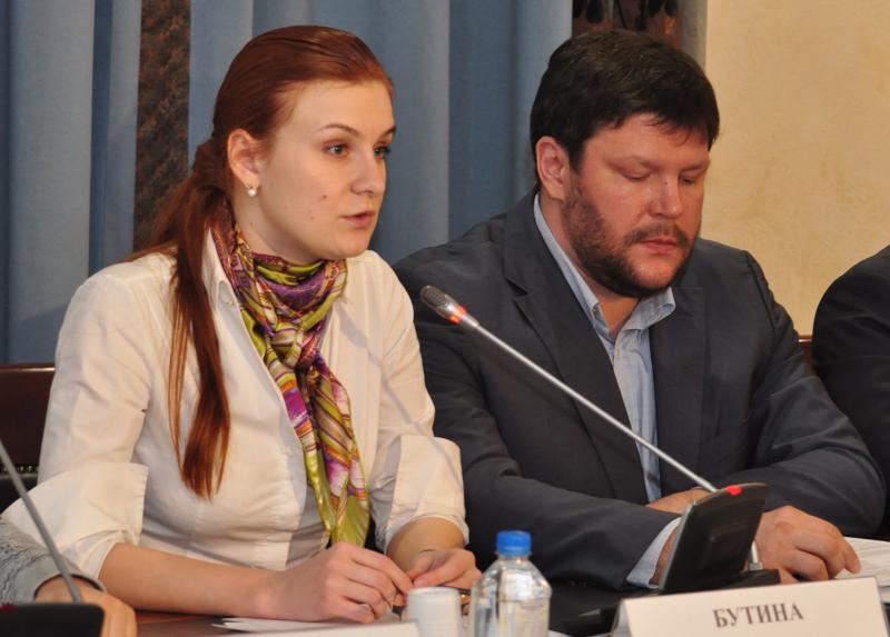 """Maria Butina Venäjän julkisen jaoston keskustelutilaisuudessa """"Kotini, linnoitukseni"""" vuonna 2014."""