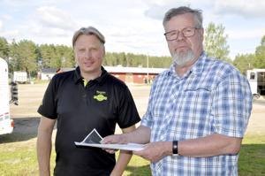 Tapio Perttunen ja Simo Kattilakoski keskustelivat kirjan valmistumisesta Kaustisen raveissa. Kirja Perttusen urasta julkaistaan Rovaniemen kuninkuusraveissa.