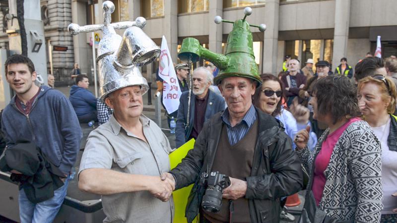 Moni eurooppalainen kaupunki yksityisti markkinahuumassa vesilaitoksensa – osin EU:n painostuksesta. Tämän seurauksena veden hinta karkasi pilviin. Nyt vesilaitoksia on palautettu kunnallisiksi, mutta esimerkiksi Irlannissa trendi on ollut toinen. Siellä kansa nousi vesikapinaan.