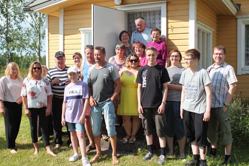 Koko Sirviön sisaruskaarti perheineen kokoontuu joka kesä Kotilaan, sisarusten synnyinkotiin.