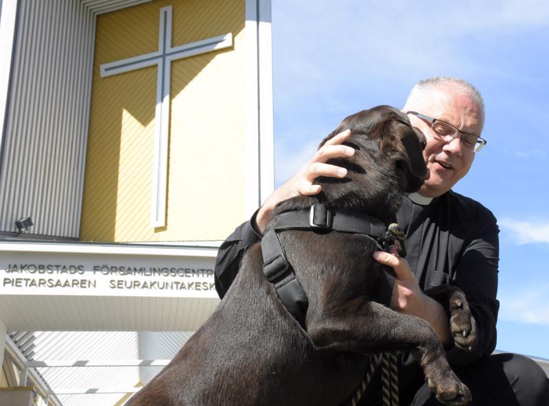 Kirkkoherra Bo-Göran Åstrand omistaa kaksi labradorinnoutajaa, joista nuorempi on kymmenen kuukauden ikäinen.