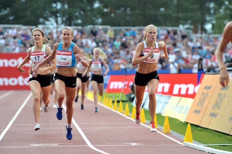 IK Falkenin Nathalie Blomqvist (oik.) ehätti SM-pronssille ennen Pyhtään Yrityksen Kaisa Tyniä 1 500 metrin loppukilpailussa perjantaina Kalevan kisoissa.