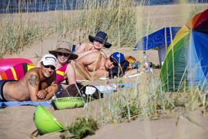 Naapurukset Jouni Keronen, Mari Maunula, Heikki Rautapuro ja Anette Rautapuro loikoilemassa Vattajan rannalla kesäpäivänä. Nelikosta Anette tunsi kyseisen rannan entuudesta ja vinkkasi siitä muille.