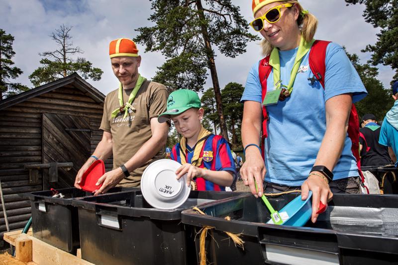Kalajokiset Markus Pöllä, Martti Märsylä ja Marjo Märsylä käyvät kesäisin partioleireillä. Oransseihin hattuihin pukeutuneet Markus Pöllä ja Marjo Märsylä järjestävät leirillä tulilaakson ohjelmaa.
