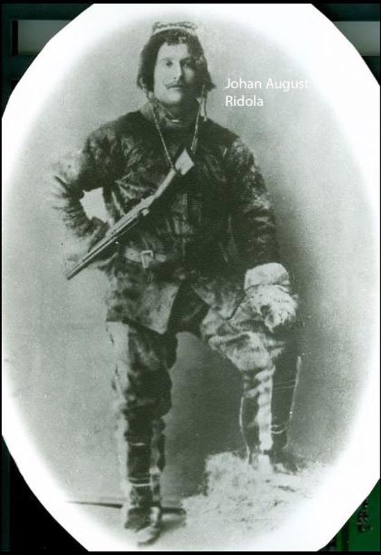 Antti Kustaa Ritolan poika Johan August Ridola puujalkojensa kanssa.