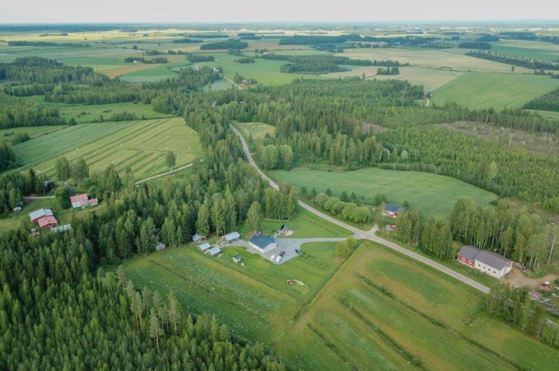 Hautaperän maisemaa hallitsevat peripohjalaiseen tyyliin pellot ja metsät. Taloja on eniten jokirannassa.