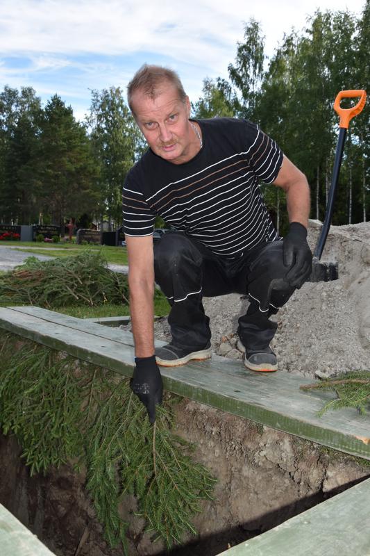 Monipuolinen työ. Kannuksen seurakunnan kiinteistötyöntekijä Ahto Huhtalan työkuvaa kuuluu monenlaista häistä hautajaisiin ja niiden valmisteluun ja rakennushommiin.