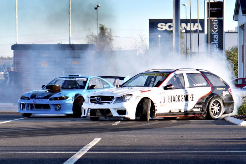 Drifting-autoilla ajetaan luisutellen kilpaa radalla. Kilpailusta aiheutuu kova meteli sekä savua ympäristöön.