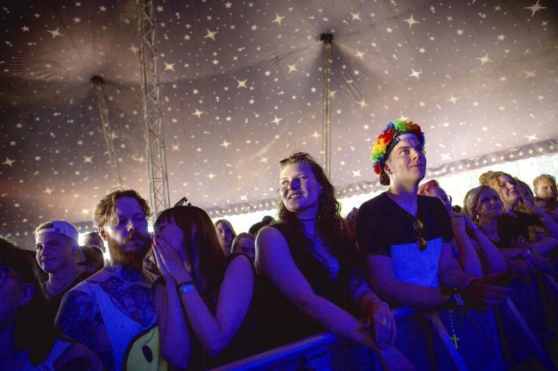 Indiepop ja hevimetallispektaakkelit lyövät kättä Qstockissa. Sirkusteltta-lavan edusta täyttyi ääriään myöten perjantaina alkuillasta.
