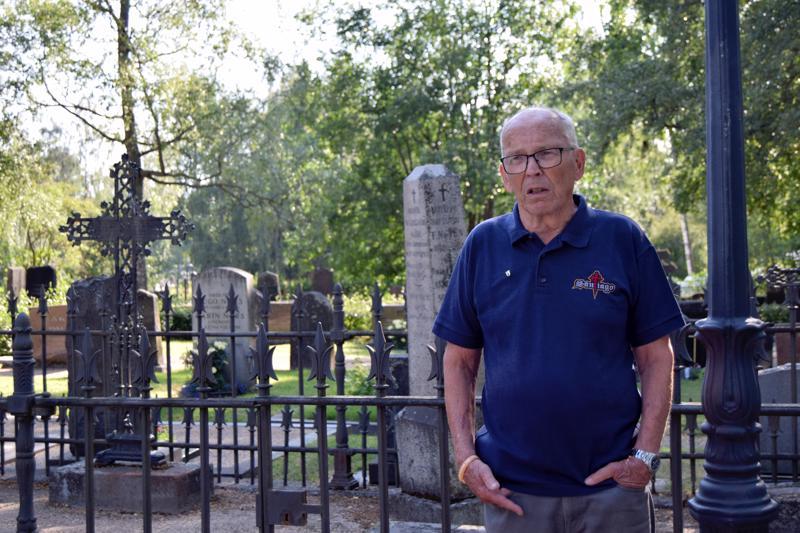 Henrik Hult opasti Pietarsaaren vanhalla hautausmaalla ja kertoi samalla palan kaupungin historiaa.