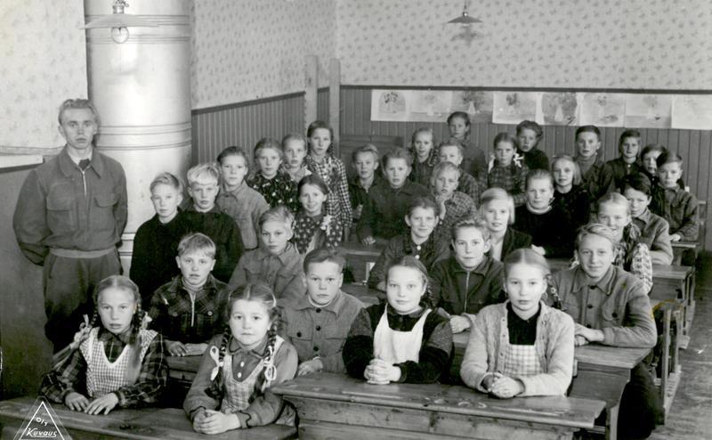 Vuonna 1945 kansakoulunsa aloittaneet, vasemmalla opettaja Urho Laitala.