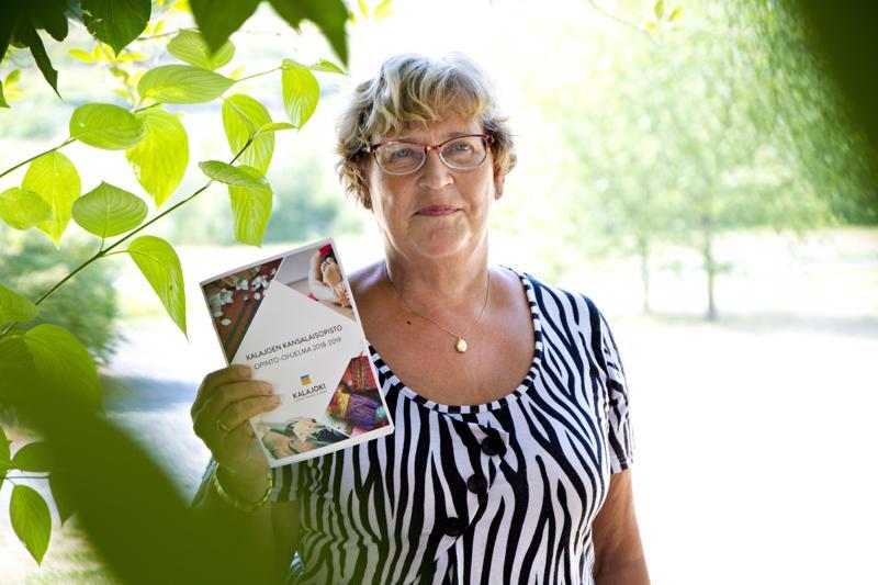 Koulutussuunnittelija Maritta Nikupaavo ehti suunnitella vielä tämän kurssivuoden ohjelman ennen eläkkeelle jäämistään.