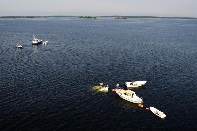 M/s Mässkär vajosi torstaina nopeasti lähes kokonaan veden alle ja juuttui perästä pohjaan kiinni Pietarsaaren edustalla. Veneen nosto aloitettiin heti torstai-iltana.