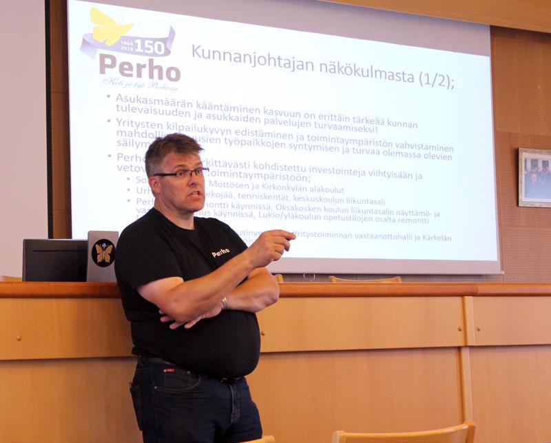 """Kunnanjohtaja Lauri Laajala """"Perho tänään"""" kuntaesittelyssä."""