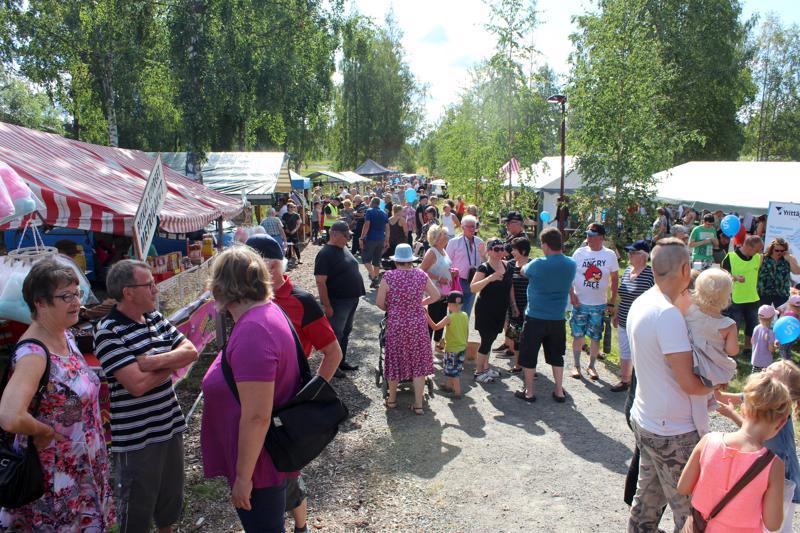 Ilmaiset myyntipaikat ja aurinkoinen sää houkuttelivat Perho-päivän markkinoille runsaasti kävijöitä.