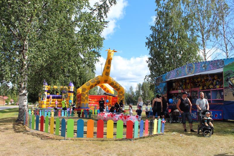 Lapsille oli kunnanviraston edessä tivoli ja pomppulinna.