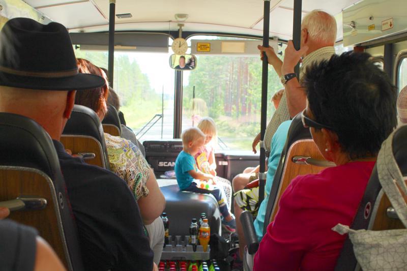 Möttösen kyläkierros taitettiin iltapäivällä vanhalla linja-autolla.