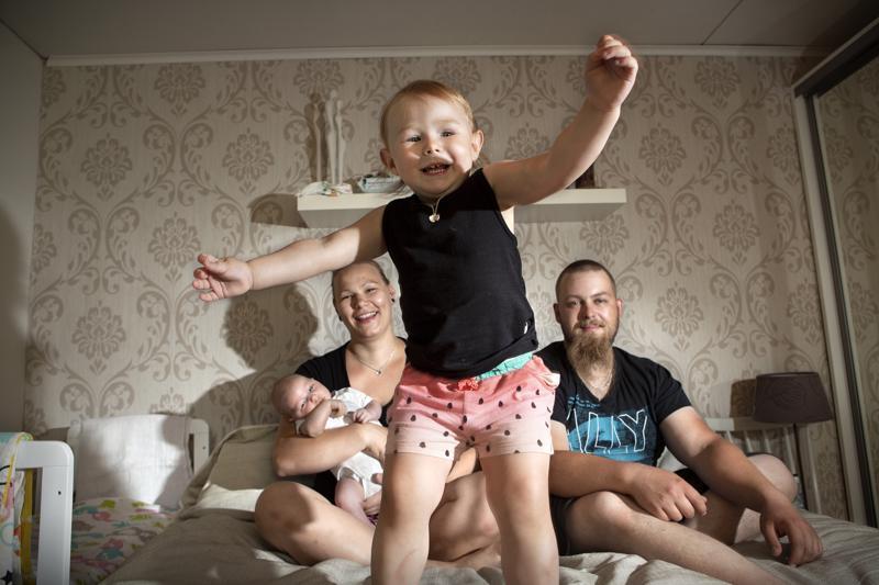 Pian kahden ja puolen vuoden ikäisellä Pipsalla riittää energiaa. Äiti Jenni Pajukoski ja isä Tuomas Rantanen saavat välillä herätä vuorotellen Pipsan ja pikkuveli-Laurin yöheräämisiin.